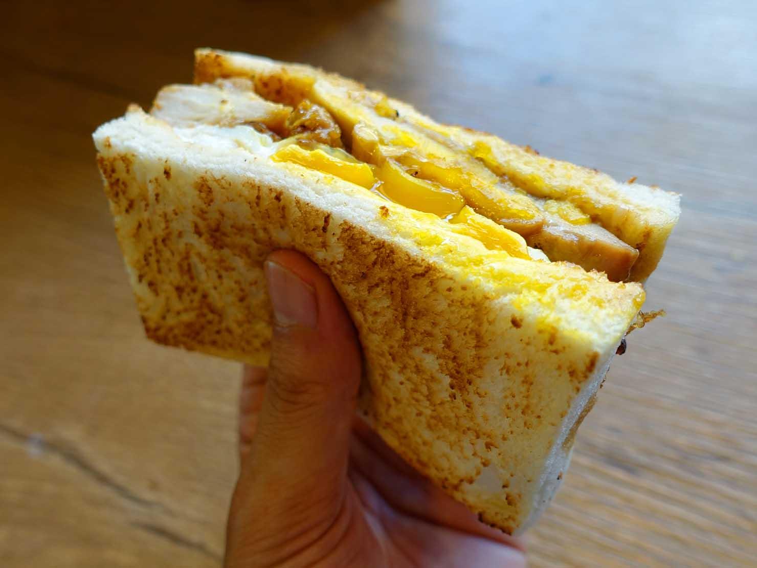 台北・行天宮のおすすめグルメ店「良粟商號」の炭燒雞腿排吐司(炭焼きチキンエッグサンド)クローズアップ