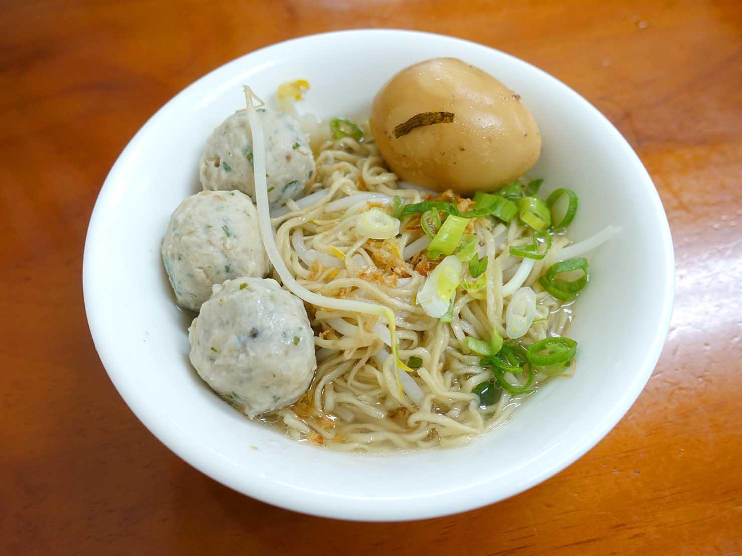 台北・行天宮のおすすめグルメ店「真味堂傳統意麵」の魚丸乾意麵(スープなし魚のつみれ麺)