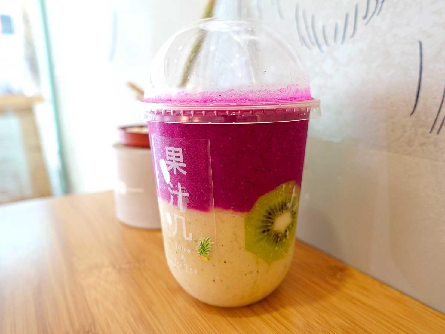 台北・行天宮のおすすめグルメ店「果汁几」の生フルーツドリンク・Wー兩個世界(サイド)