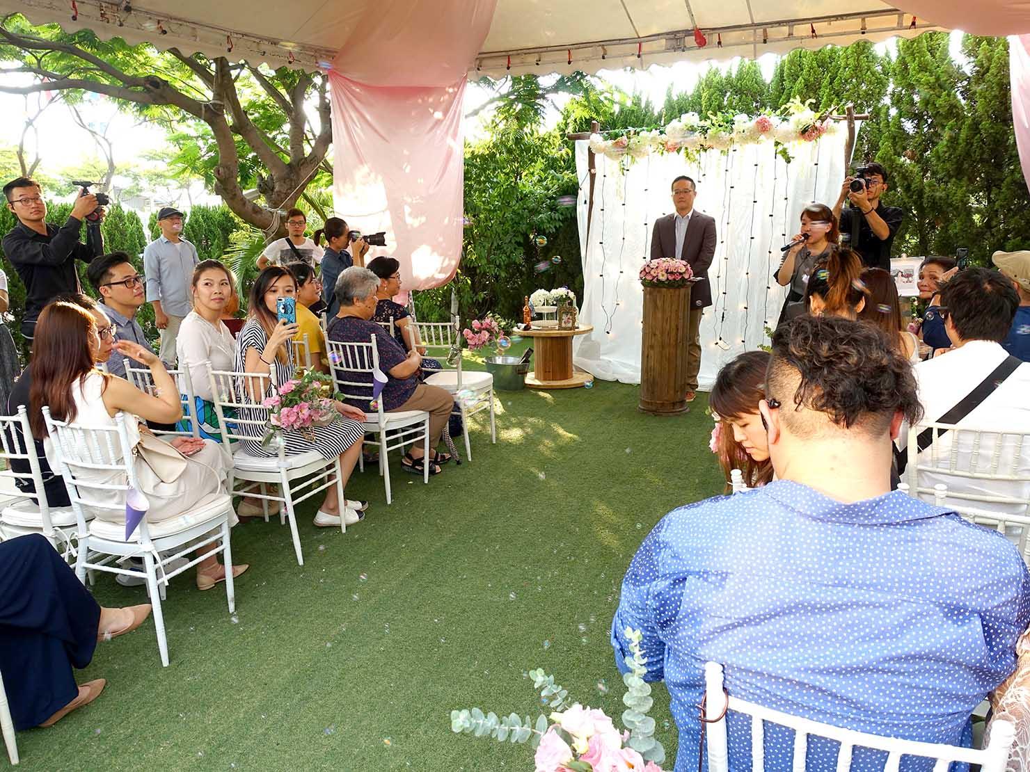 台湾の結婚式で新郎新婦の入場を待つ参列者たち