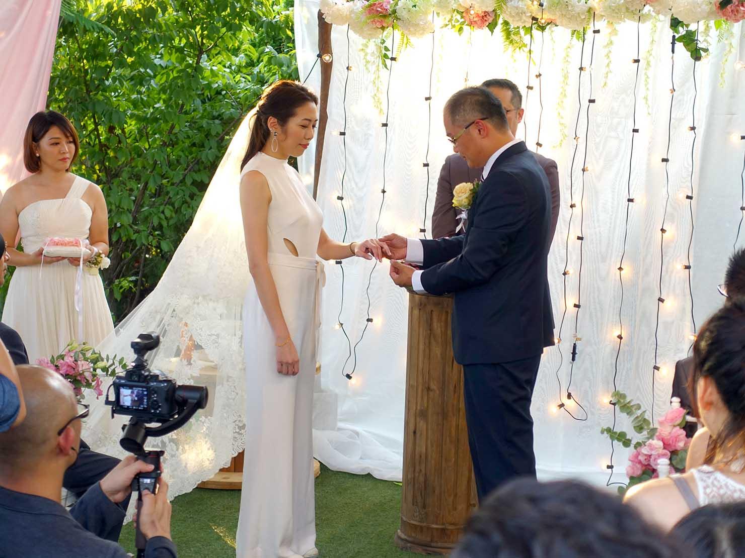 台湾の結婚式で指輪を交換する新郎新婦