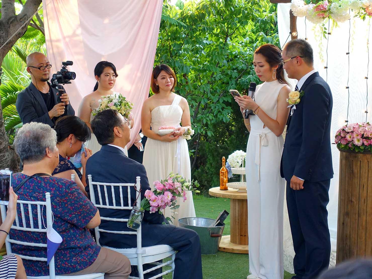 台湾の結婚式で両親に感謝の言葉を伝える新婦
