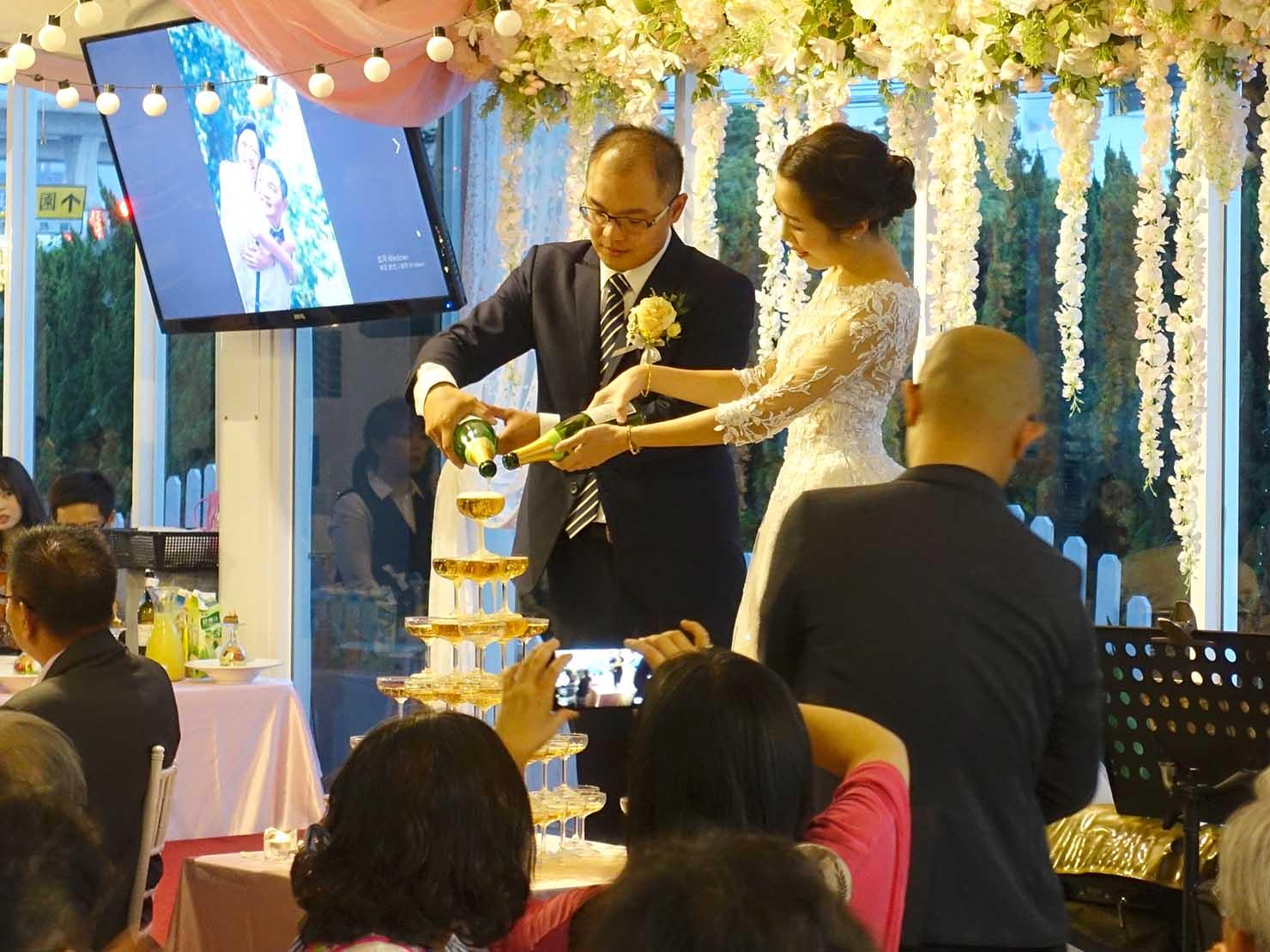 台湾の結婚式でステージに登場したシャンパンタワー