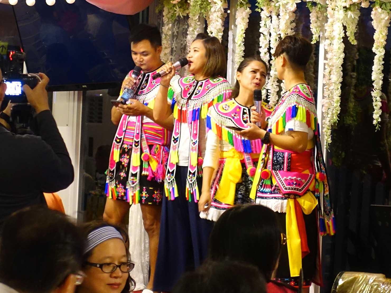 台湾の結婚式で歌を歌う原住民族・阿美族(アミ族)の新郎親族