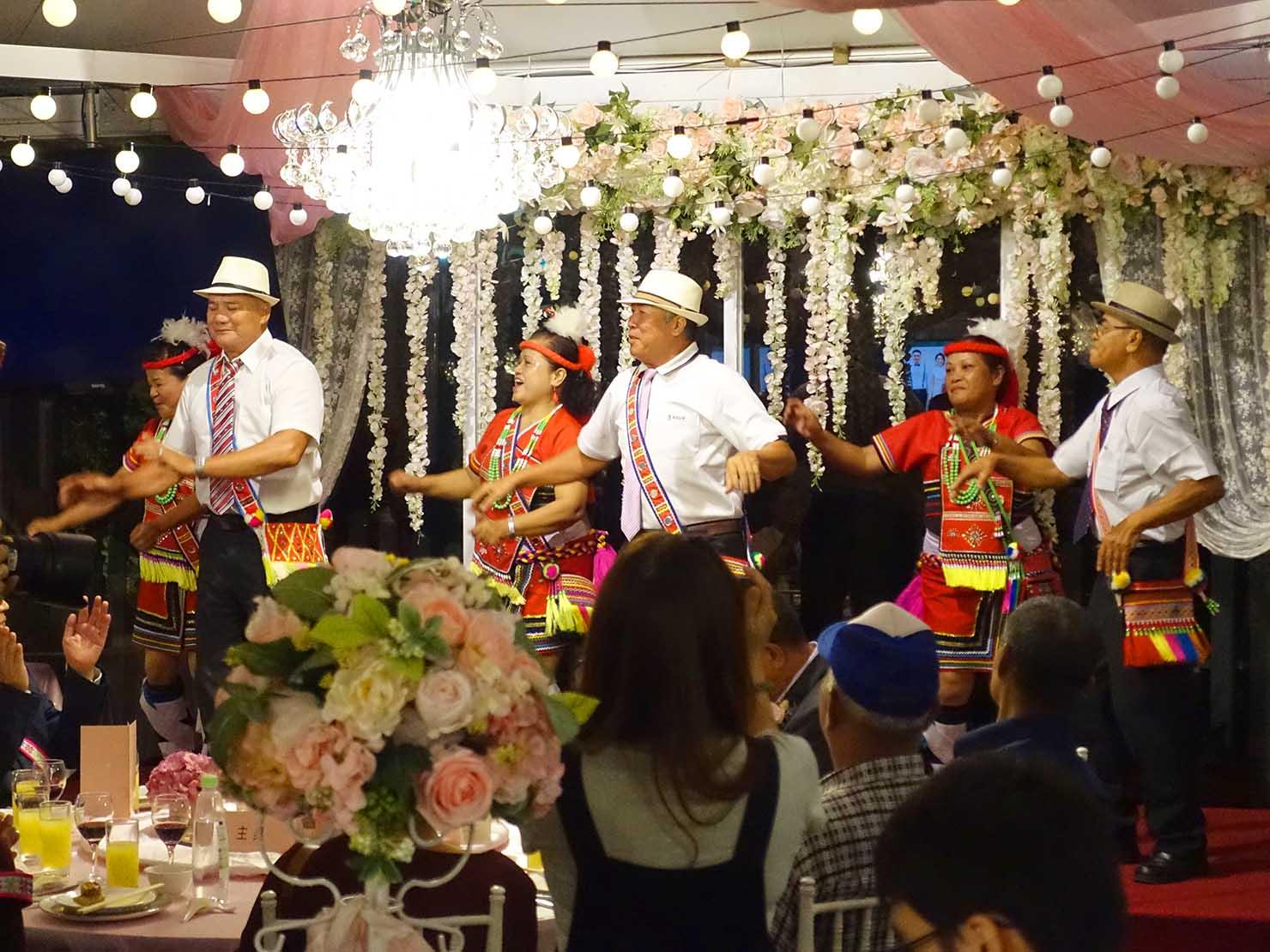 台湾の結婚式でダンスを披露する原住民族・阿美族(アミ族)の新郎親族