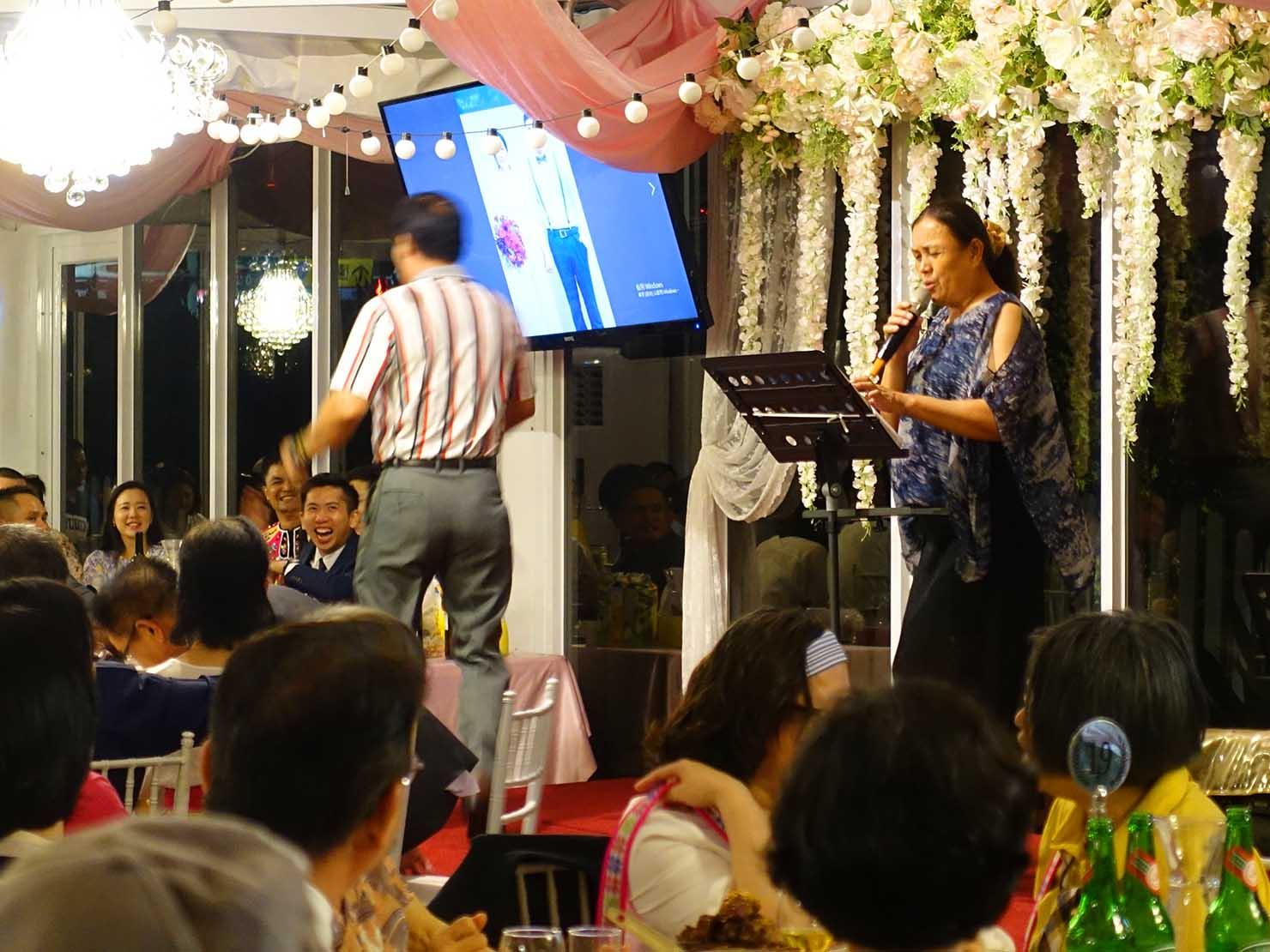台湾の結婚式でカラオケを始める新郎の親族たち