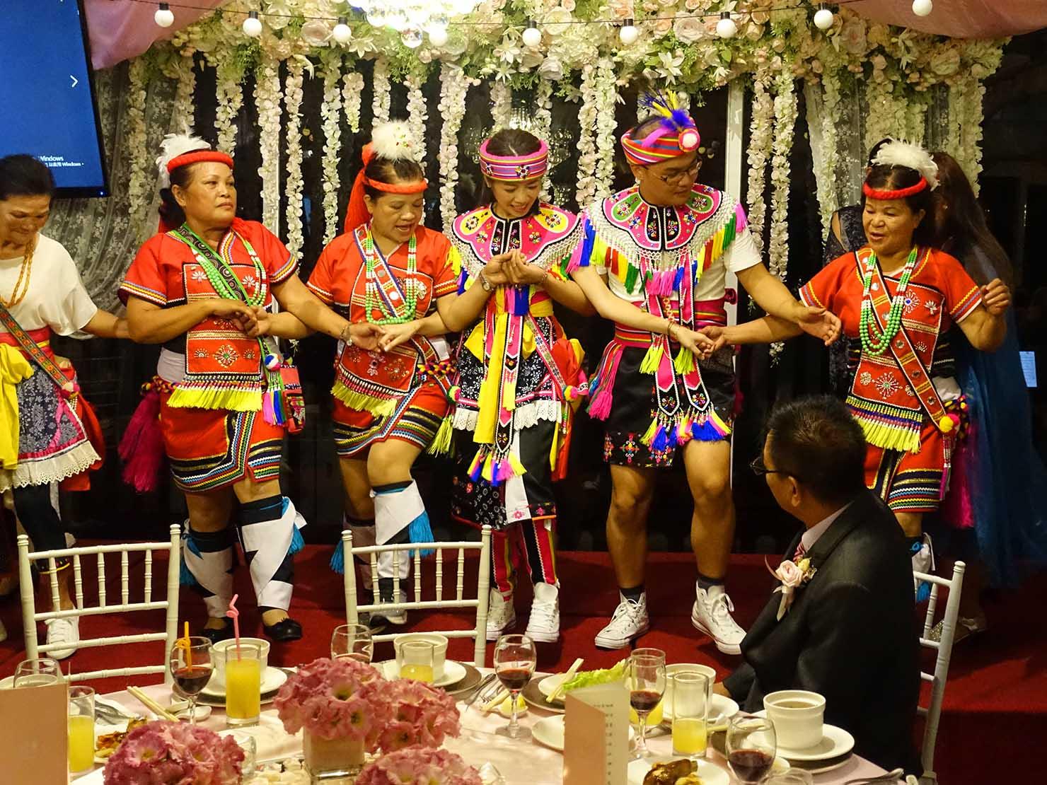 台湾の結婚式で原住民族・阿美族(アミ族)の伝統衣装に身を包んだ新郎新婦