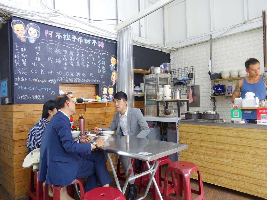 台北・中山駅周辺のおすすめグルメ店「阿不拉手作甜不辣」の店内