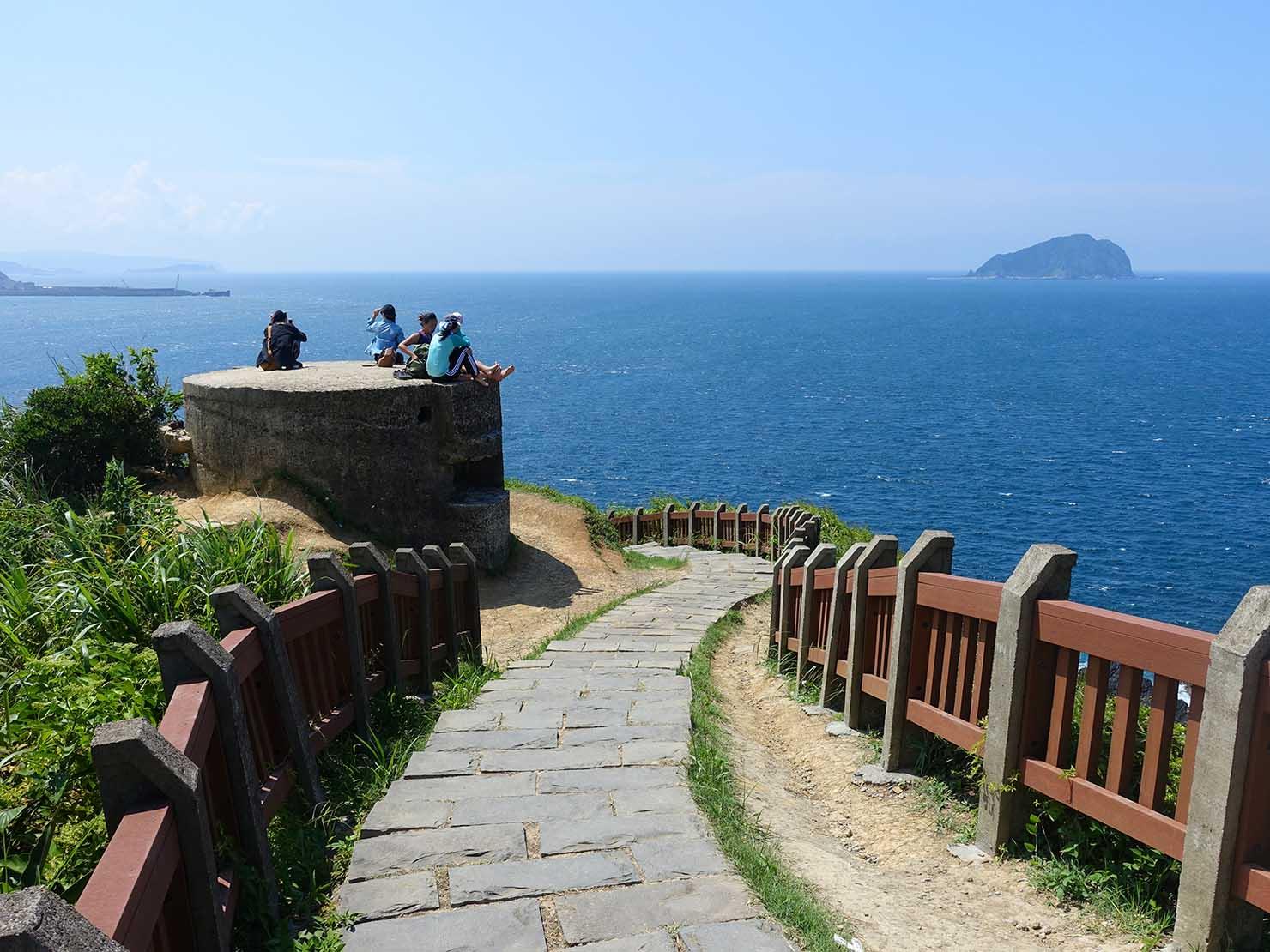 台北から日帰りで行ける基隆・望幽谷の高台から海を眺める女性グループ
