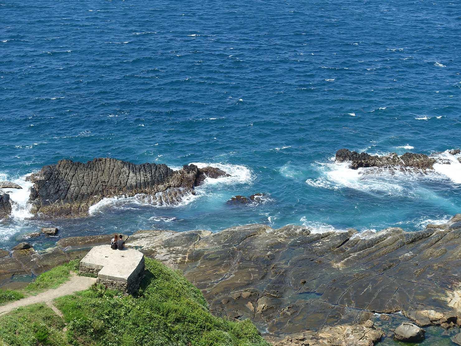 台北から日帰りで行ける基隆・望幽谷で海を眺めるロマンティックなカップル