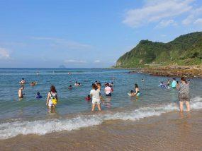 台北から日帰りで行ける基隆・外木山大武崙沙灘のビーチで海水浴を楽しむ人々