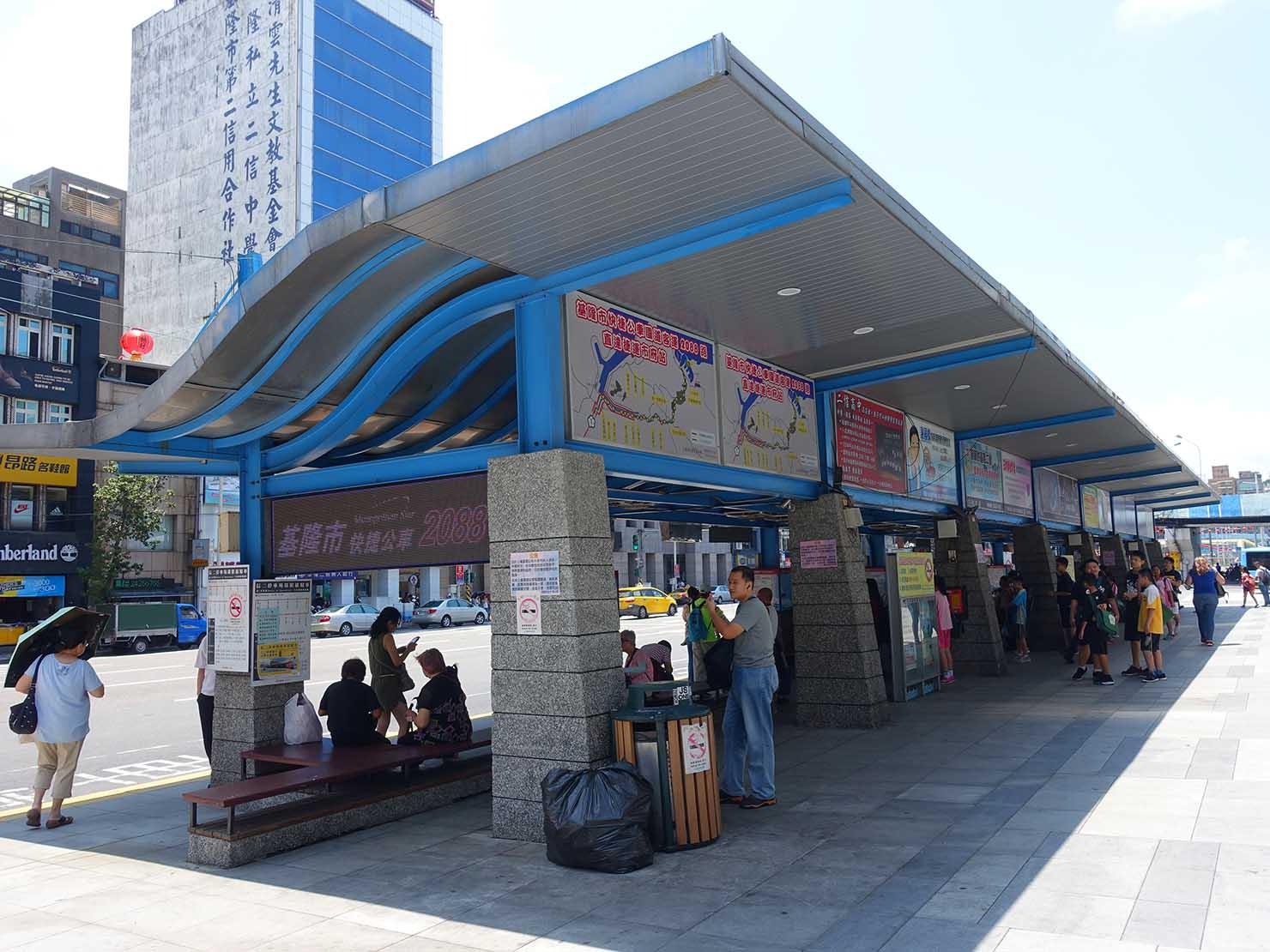 台北から日帰りで行ける基隆・E-SQUARE前のバス停