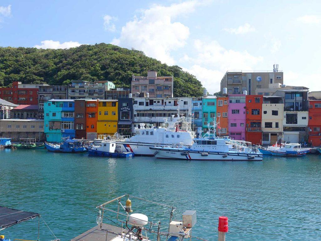 台北から日帰りで行ける基隆・和平島のフォトジェニックスポット「正濱漁港彩虹屋」の遠景