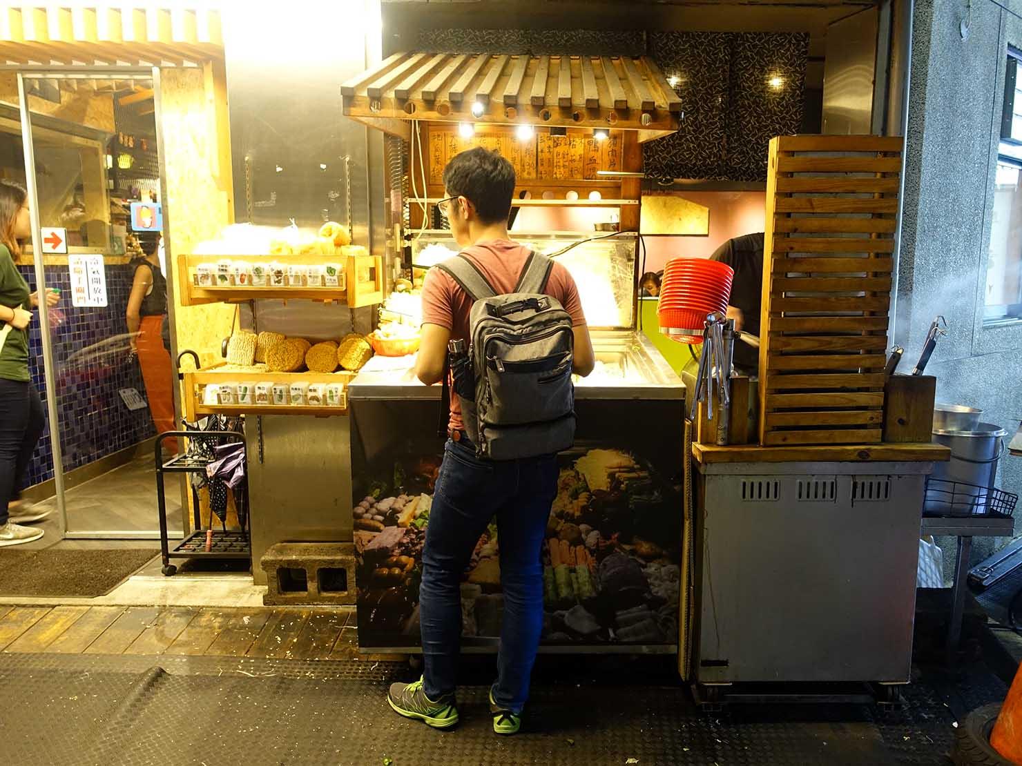 台北・中山駅周辺のおすすめグルメ店「真香滷味」の軒先