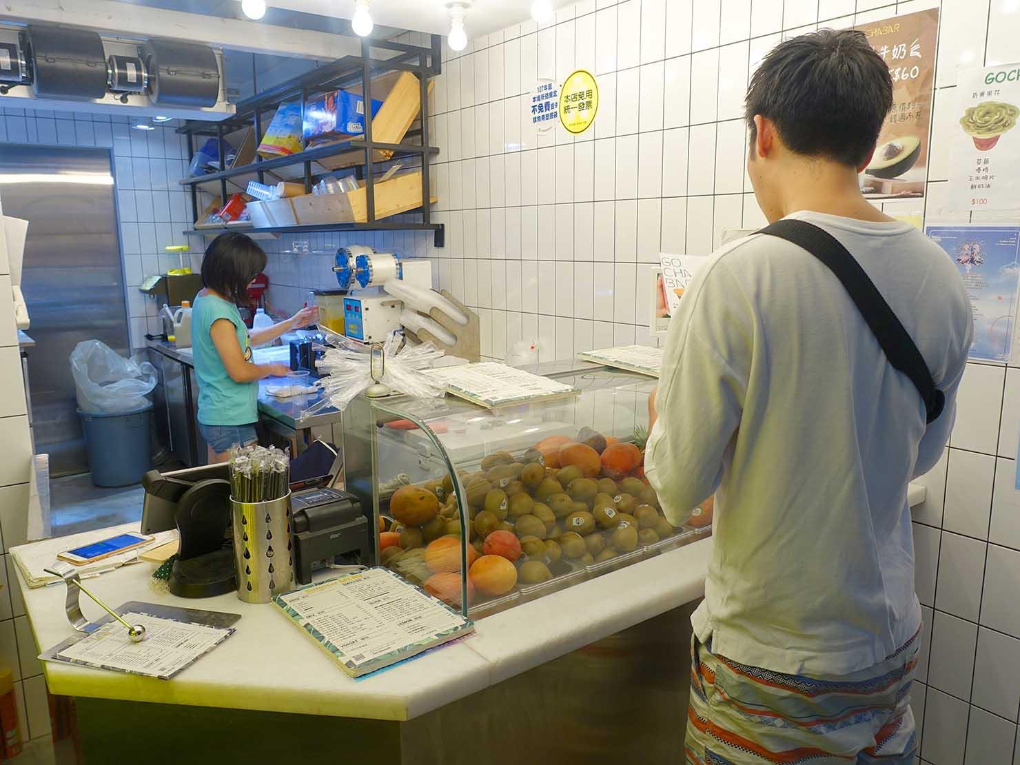 台北・中山駅周辺のおすすめドリンクスタンド「果汁吧 GO CHA BAR」のカウンター