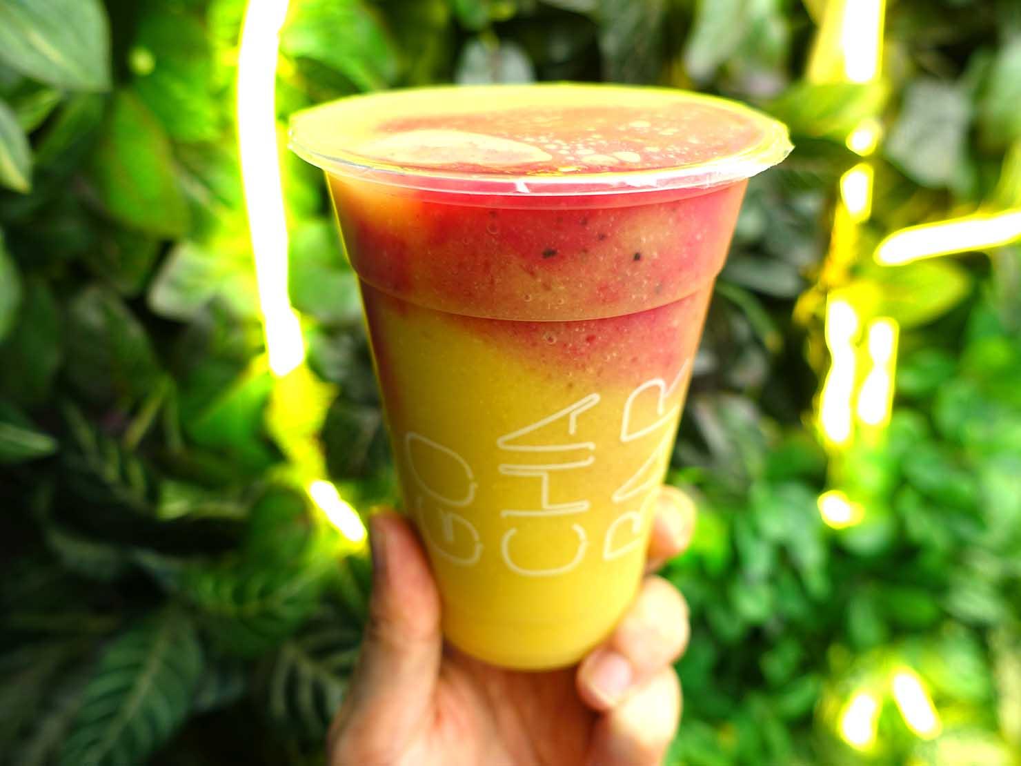 台北・中山駅周辺のおすすめドリンクスタンド「果汁吧 GO CHA BAR」のミックスジュース(芒果/芭樂/火龍果)