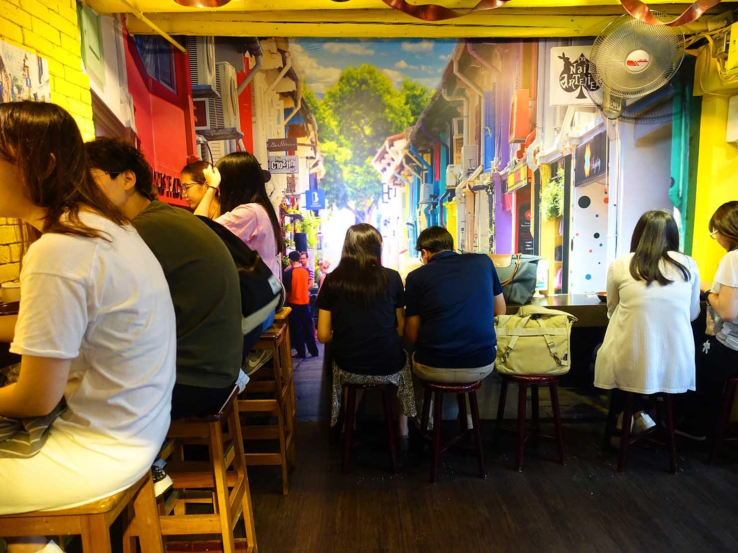台北・中山駅周辺のおすすめグルメ店「甘榜馳名海南鶏飯」の店内