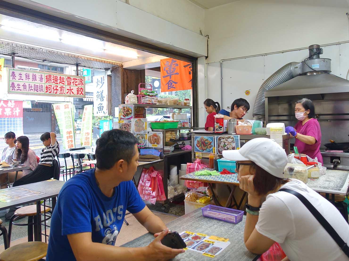 台南・赤崁樓周辺のおすすめグルメ店「過客亭蛋包飯專賣店」の店内