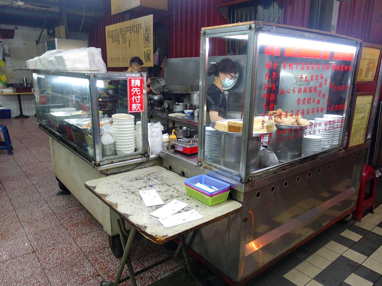 台南・赤崁樓周辺のおすすめグルメ店「虎頭府城風味小吃」のカウンター