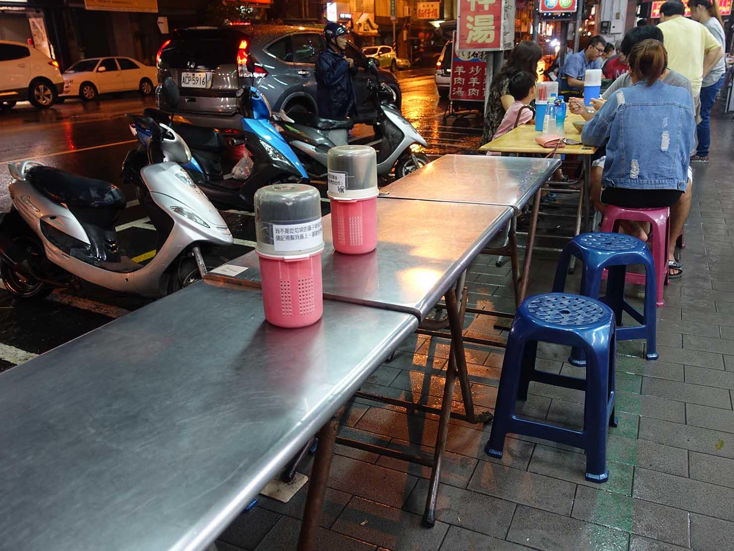 台南・赤崁樓周辺のおすすめグルメ店「虎頭府城風味小吃」のテーブル席