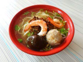台南・赤崁樓周辺のおすすめグルメ店「度小月擔仔麵」の擔仔麵(煮卵付き)