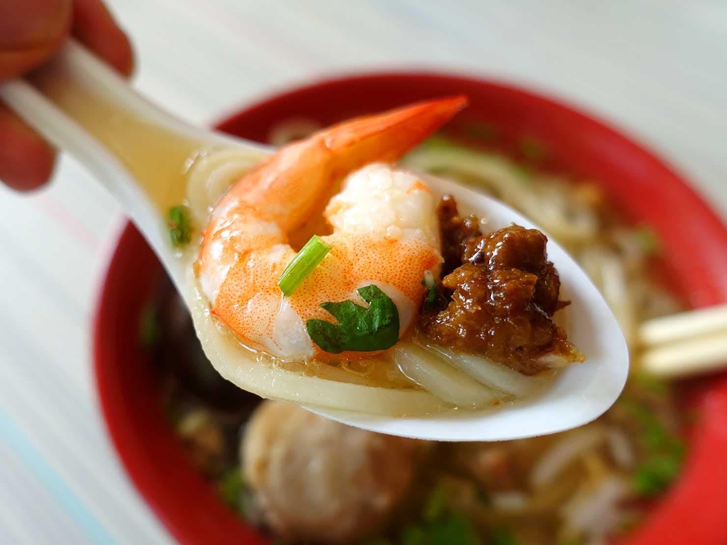 台南・赤崁樓周辺のおすすめグルメ店「度小月擔仔麵」の擔仔麵(煮卵付き)クローズアップ