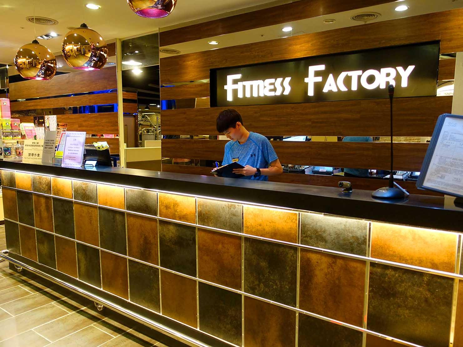 台湾のスポーツジム「健身工廠」のカウンター