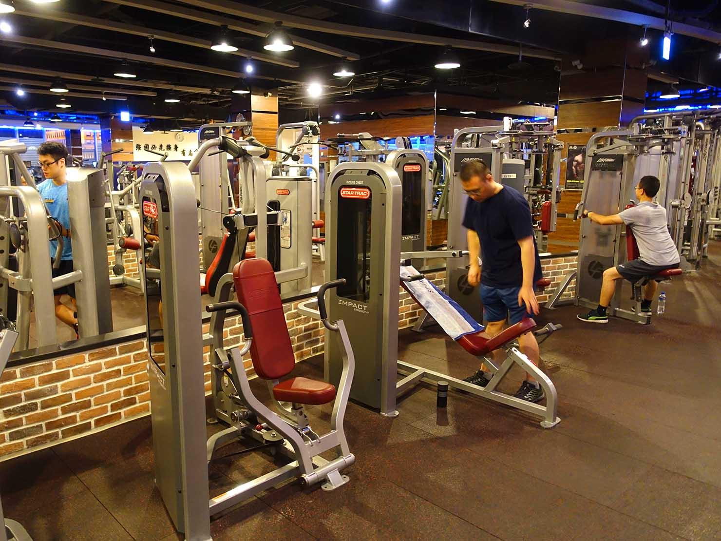 スポーツジムでトレーニングする台湾男子