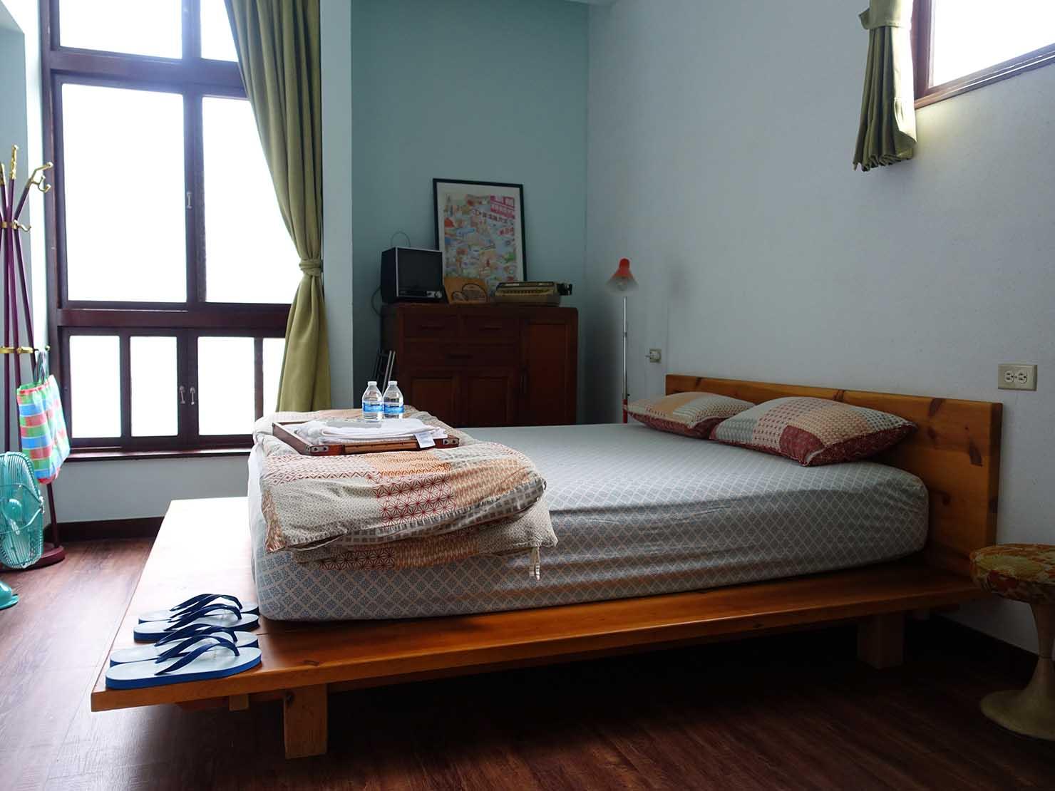 台南観光におすすめな古民家ゲストハウス「散步strolling」參號房(ダブルルーム)のベッド