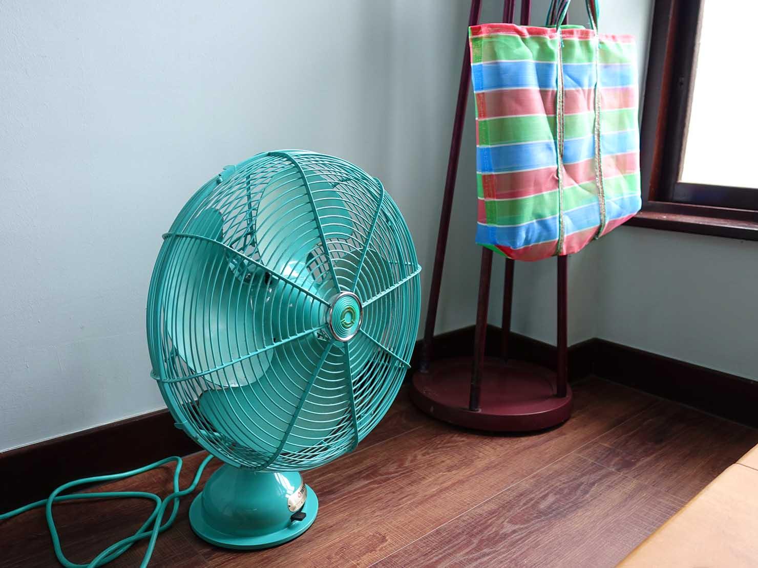 台南観光におすすめな古民家ゲストハウス「散步strolling」參號房(ダブルルーム)の扇風機と3色ナイロンバッグ