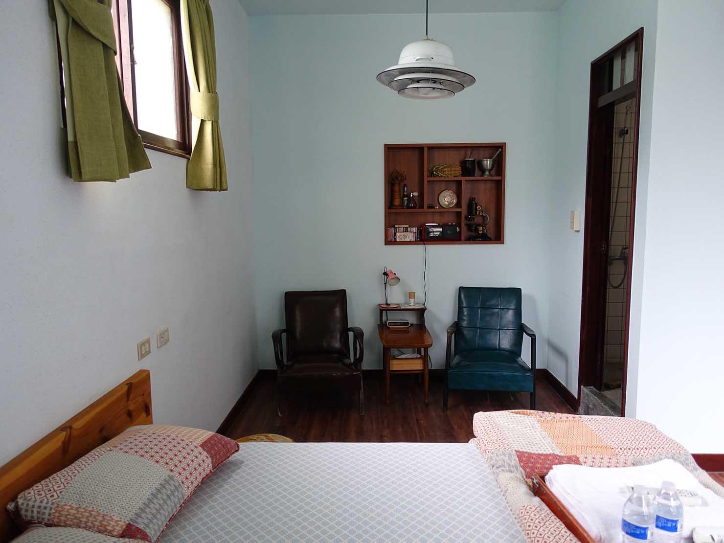 台南観光におすすめな古民家ゲストハウス「散步strolling」參號房(ダブルルーム)ベッド側から見た部屋