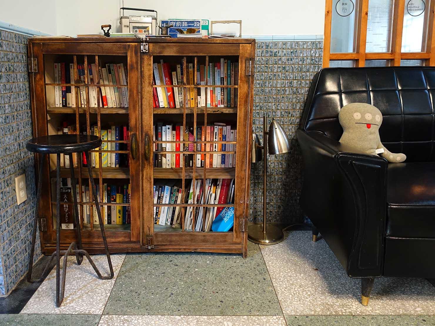 台南観光におすすめな古民家ゲストハウス「散步strolling」リビングの本棚