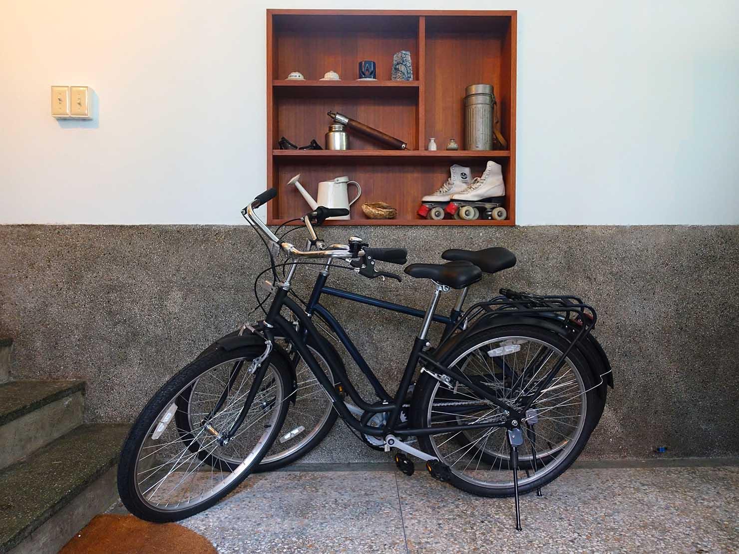 台南観光におすすめな古民家ゲストハウス「散步strolling」のガレージに置かれた自転車