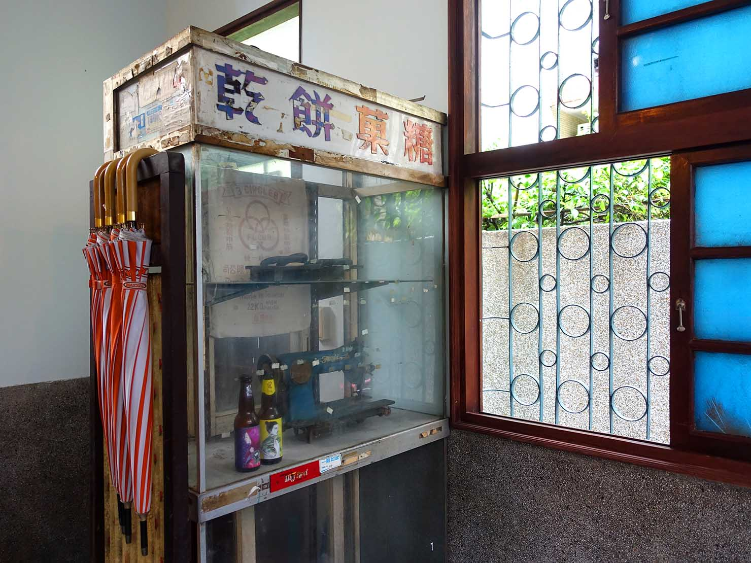 台南観光におすすめな古民家ゲストハウス「散步strolling」のガレージに置かれたディスプレイ棚