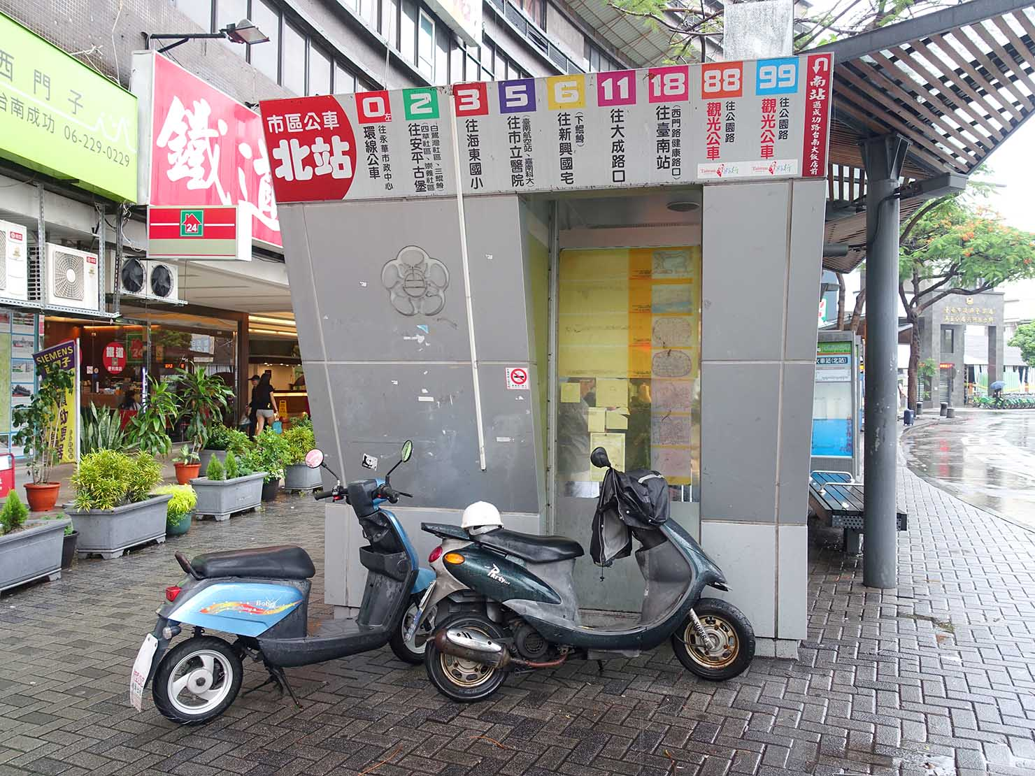 台南駅前のバス停「北站」