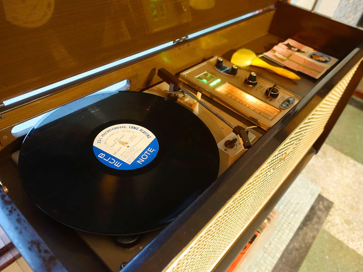 台南観光におすすめな古民家ゲストハウス「散步strolling」のリビングでレコードを楽しむ