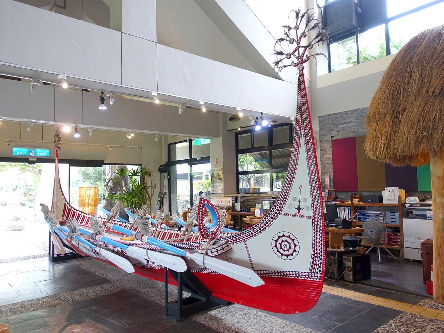台湾・台東市街のおすすめホテル「MATA家屋」のエントランスに置かれたタオ族の船