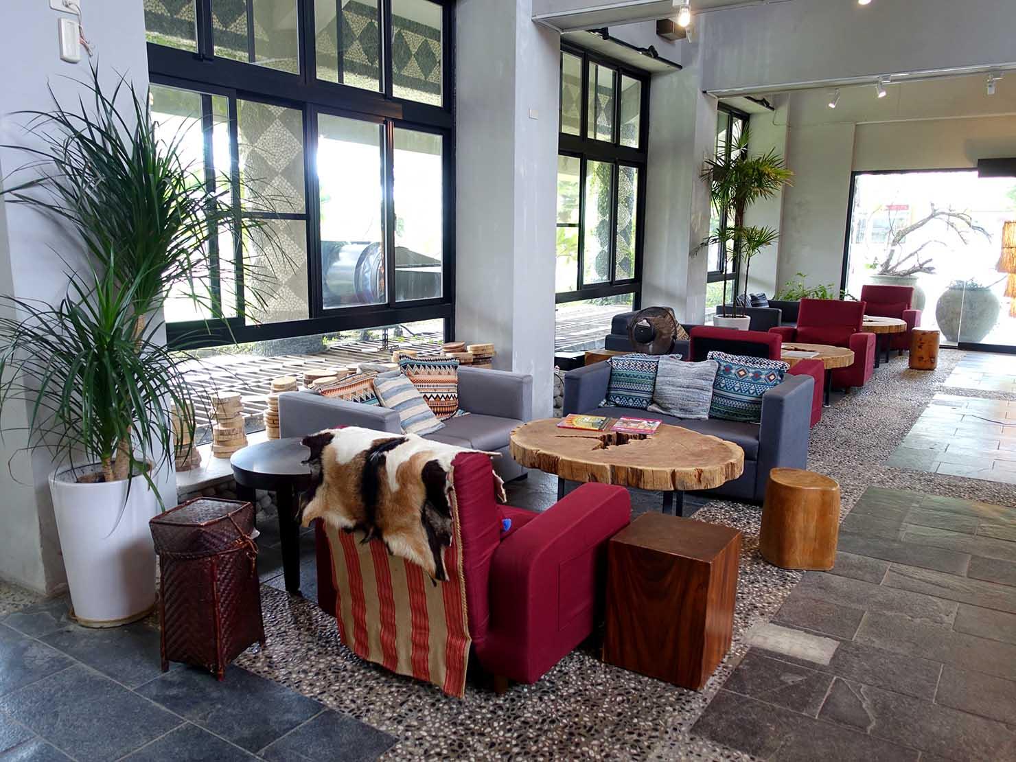 台湾・台東市街のおすすめホテル「MATA家屋」のエントランスに置かれたソファ