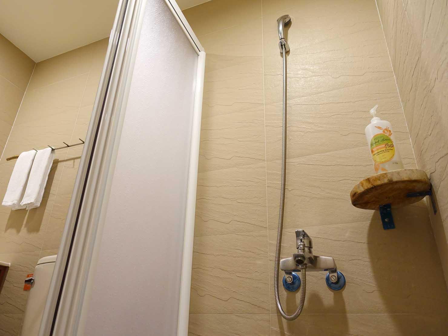 台湾・台東市街のおすすめホテル「MATA家屋」の守護雙人房(ダブルルーム)のシャワー