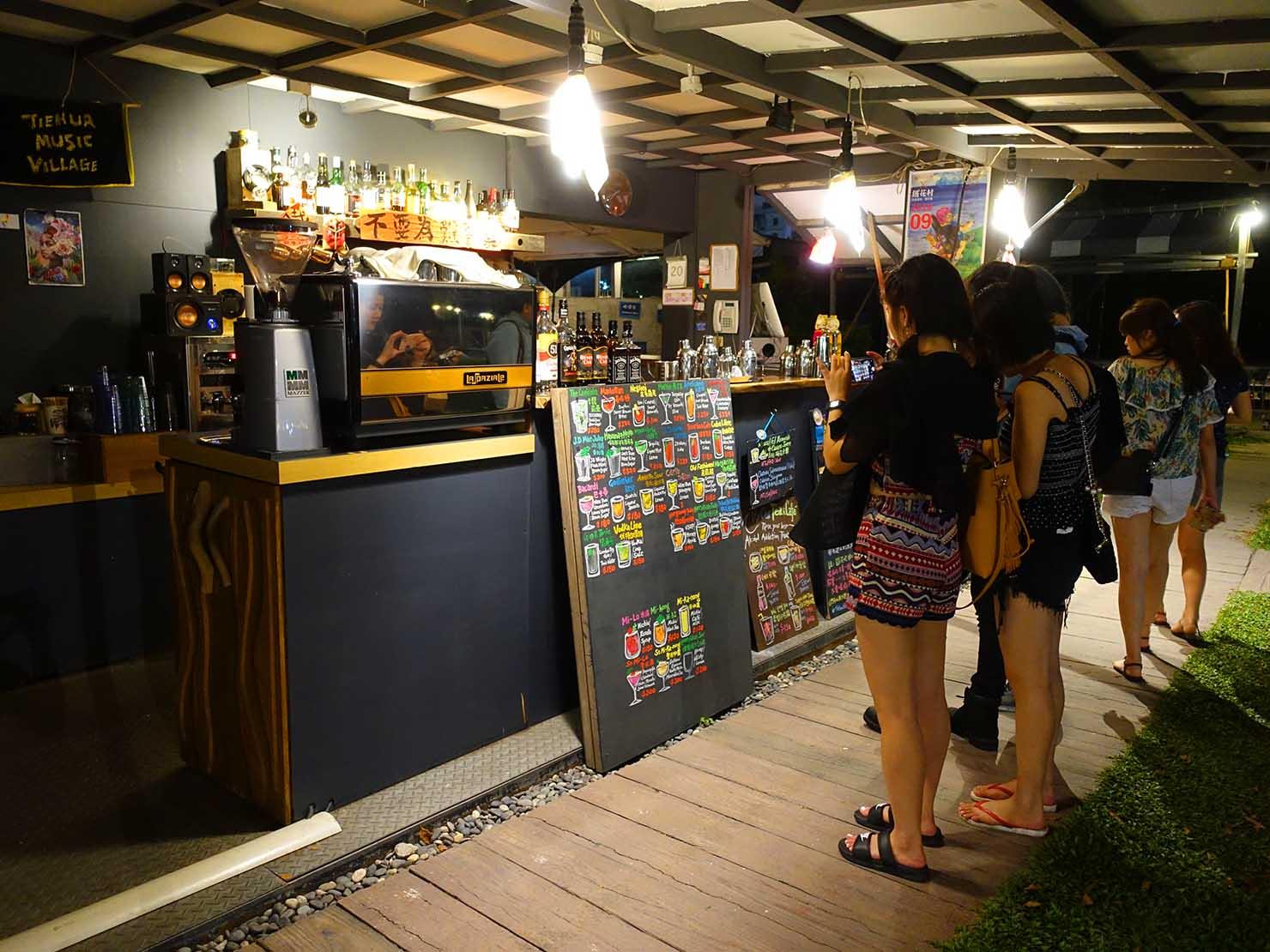 台東の観光スポット「鐵花村」のバー