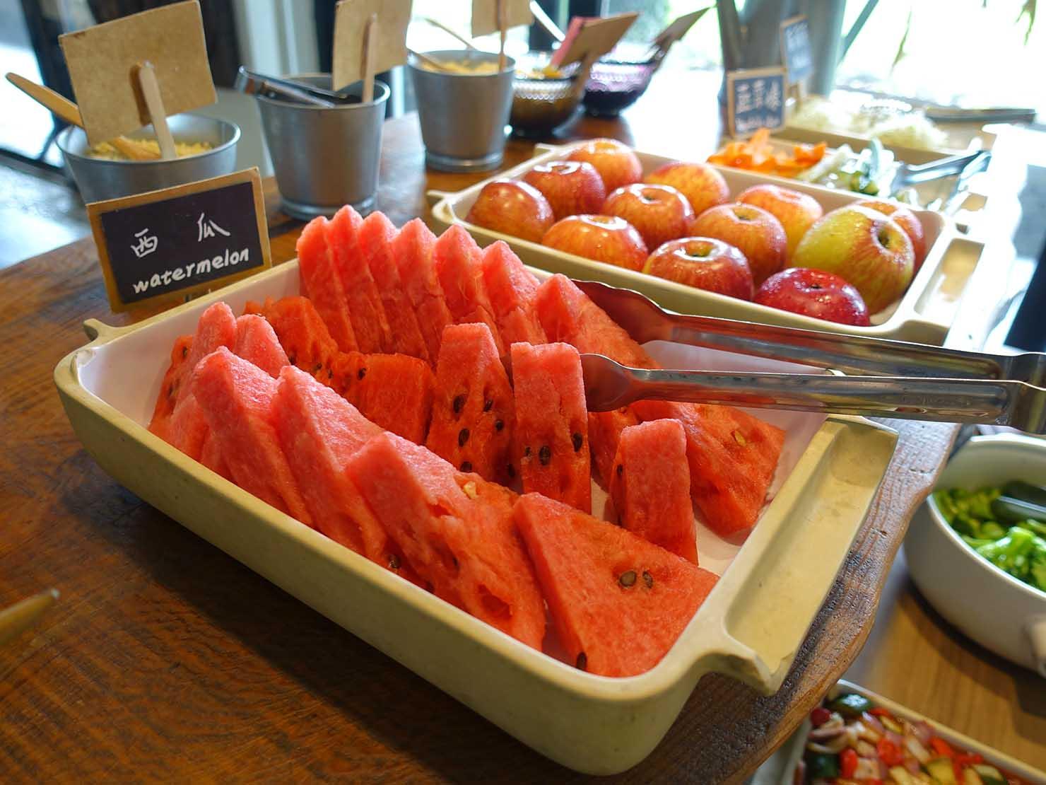 台湾・台東市街のおすすめホテル「MATA家屋」朝食ビュッフェのフルーツ