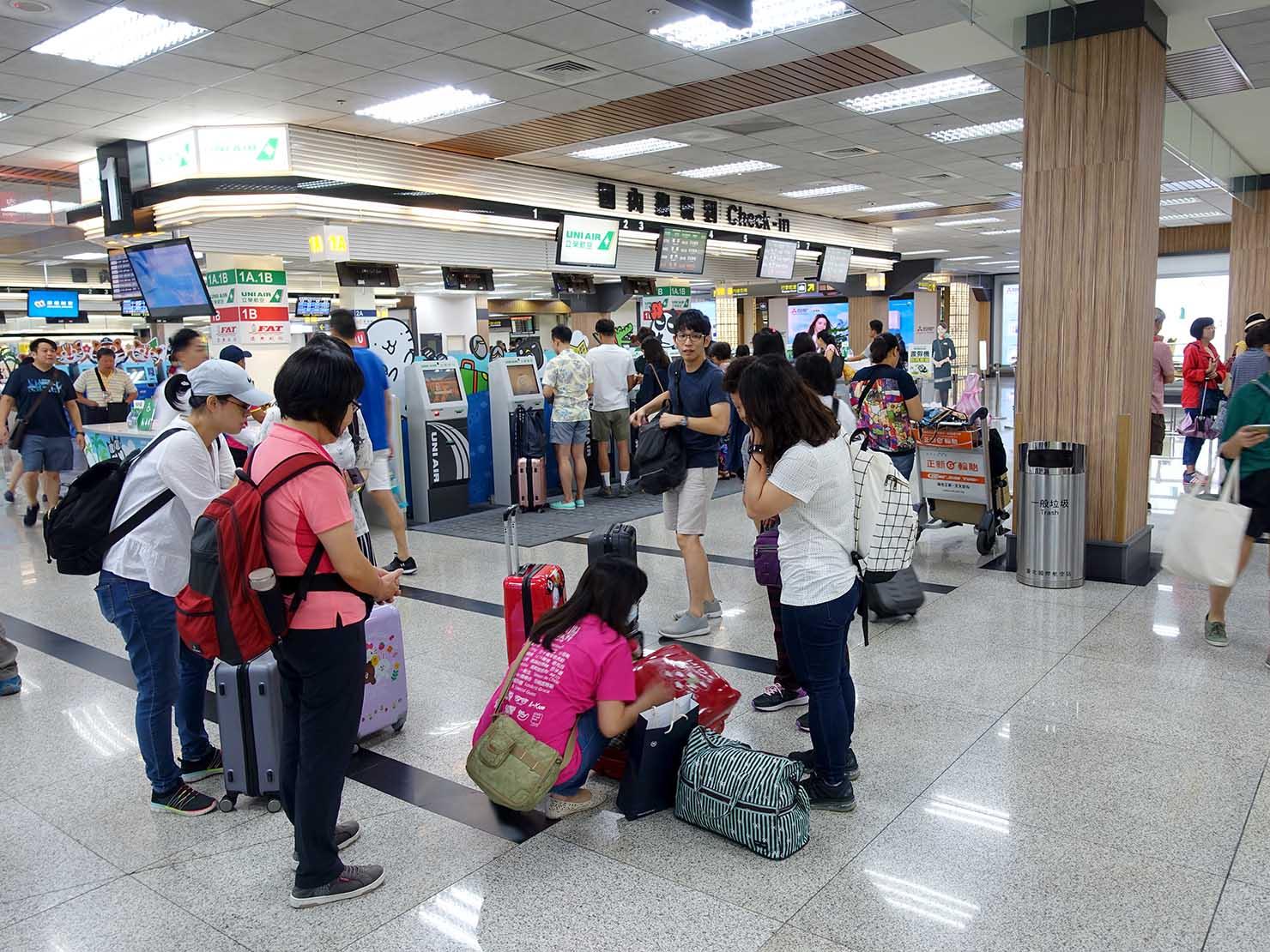 台北・松山空港の朝の賑わい