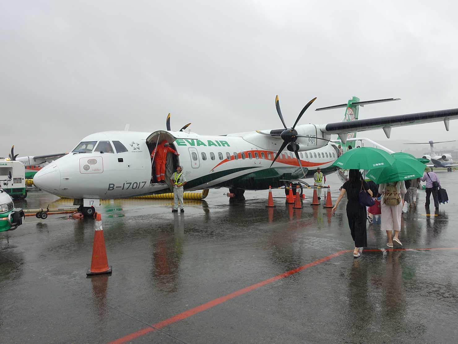 台北・松山空港から台東へ向かう立榮航空(ユニエアー)のプロペラ機