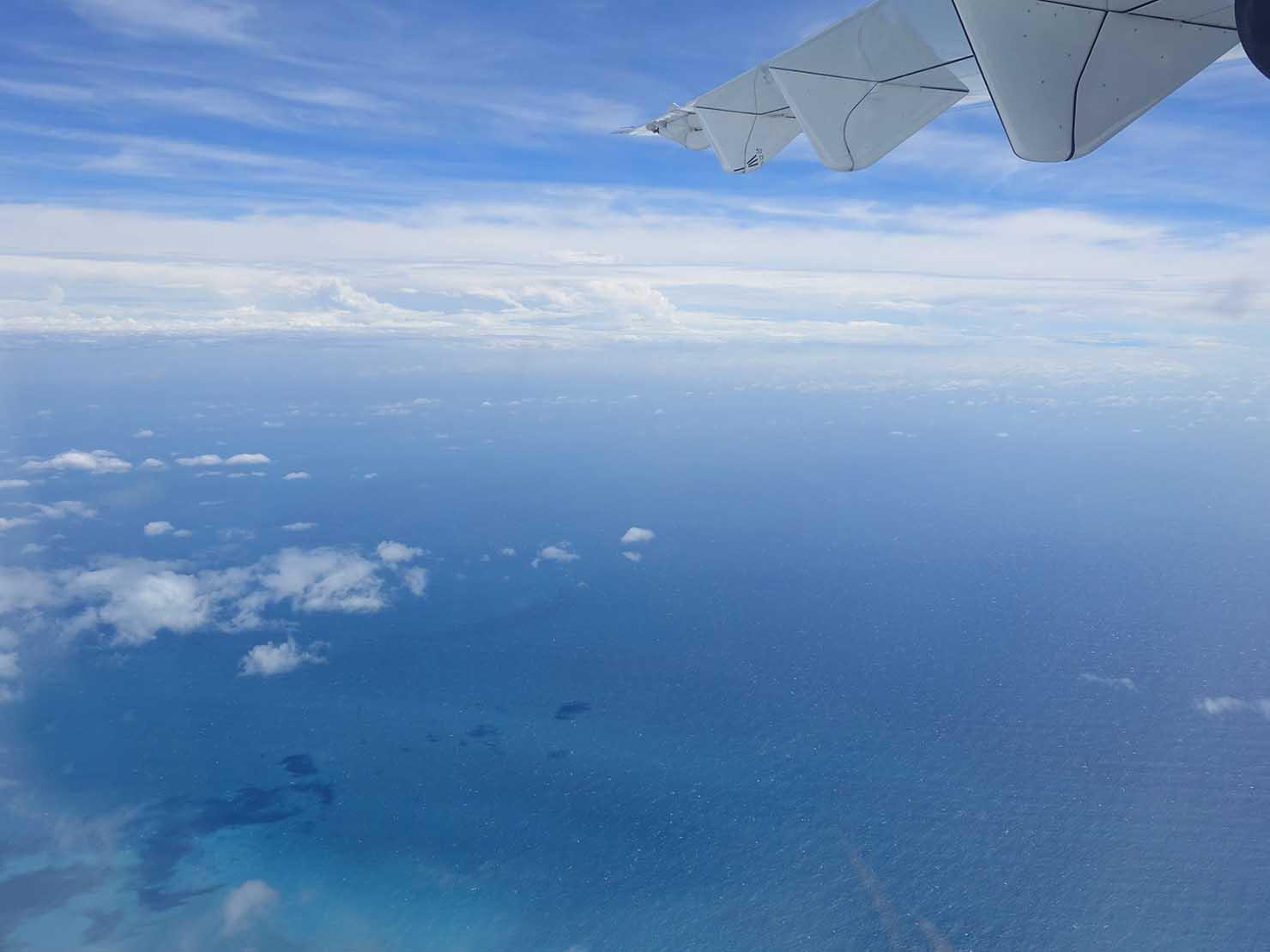 飛行機から眺める台湾東海岸の海