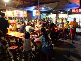 台東觀光夜市で食事をする人々