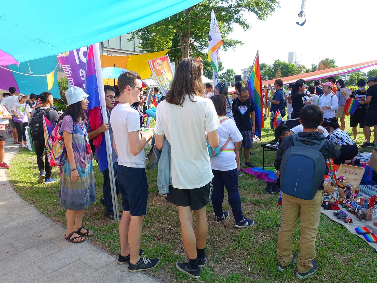 花東彩虹嘉年華(台湾東部LGBTプライド / 台東場)の集合地点・新生公園に集まる参加者たち