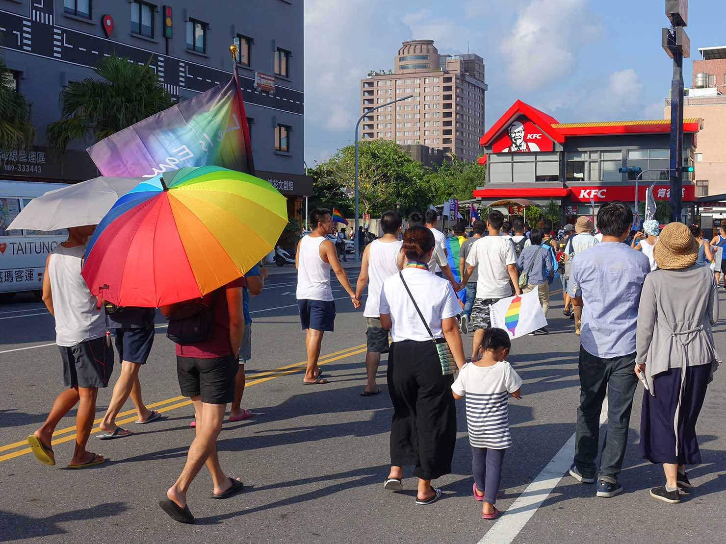 花東彩虹嘉年華(台湾東部LGBTプライド / 台東場)のパレードを歩く親子