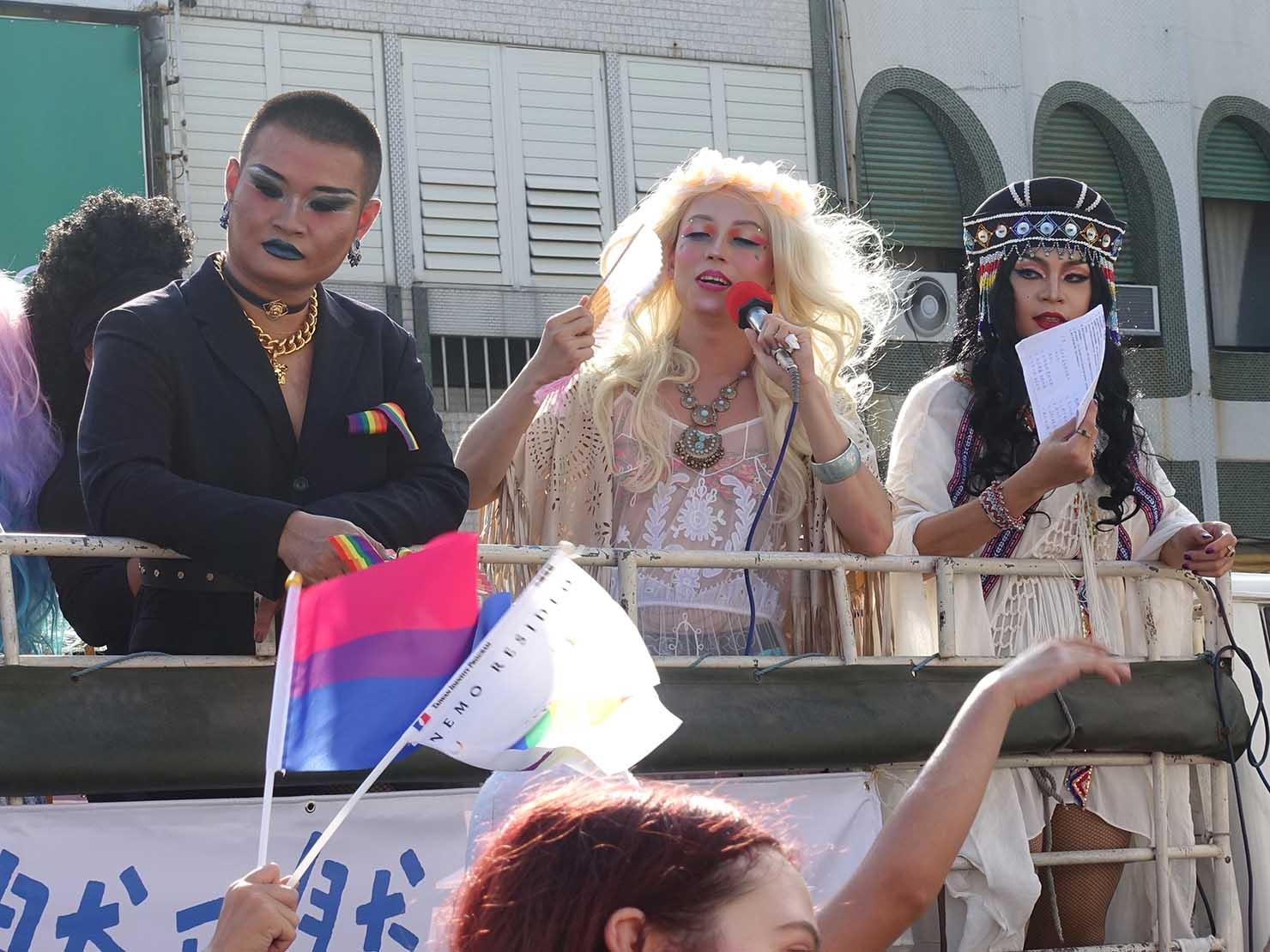 花東彩虹嘉年華(台湾東部LGBTプライド / 台東場)のパレードカーに乗るドラァグクイーンたち