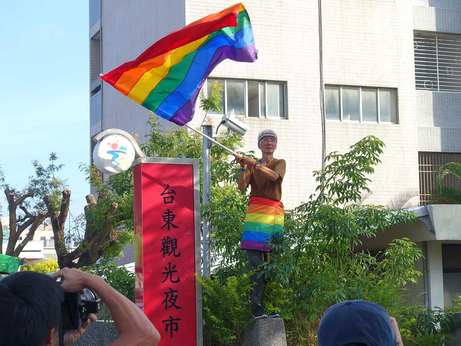 花東彩虹嘉年華(台湾東部LGBTプライド / 台東場)のパレードでレインボーフラッグを振る祁家威氏