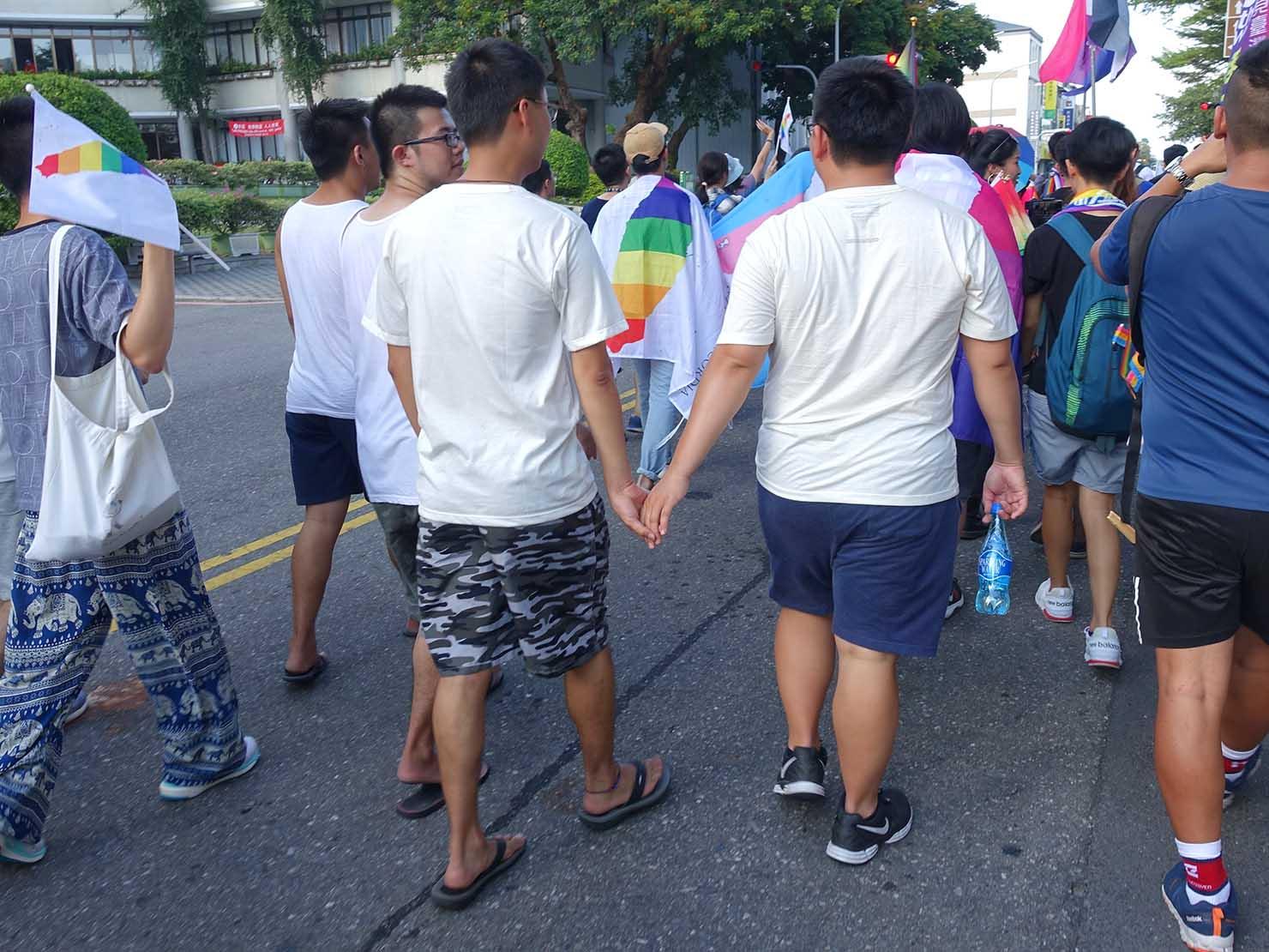 花東彩虹嘉年華(台湾東部LGBTプライド / 台東場)パレードで手を繋いで歩く同性カップル